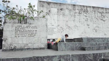 Orlando sul mausoleo del Che, Santa Clara